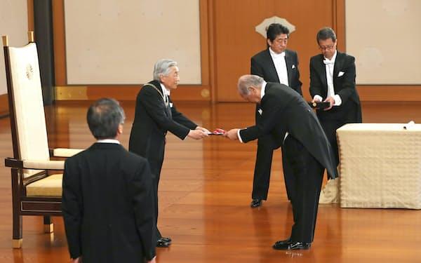 天皇陛下から旭日大綬章を授与される石原邦夫・元東京海上ホールディングス会長(8日午前)