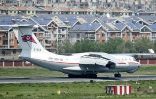 中国遼寧省大連市の空港に到着した北朝鮮の高麗航空機(8日)=共同
