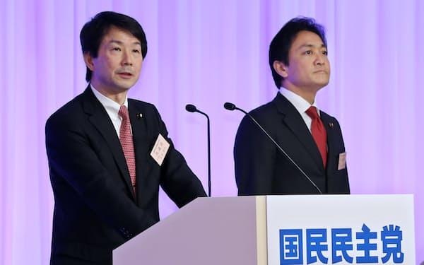 国民民主党の共同代表に選出され、あいさつする大塚氏(左)と玉木氏(7日午後、東京都千代田区)