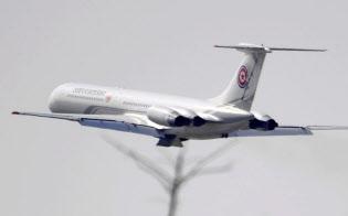 中国遼寧省大連の空港を離陸する北朝鮮要人用の航空機(8日)=共同
