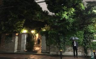 雨降るなか、首相が麻生氏と会食した「シェ松尾 松濤レストラン」(8日夜、東京・松濤)