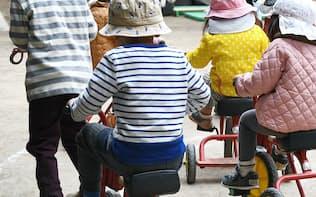 子どもの成長を社会全体でどう支えていくかは試行錯誤だ(都内の保育所)