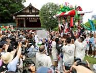 「愛染まつり」で大勢の見物客に手を振る愛染娘(2017年6月、大阪市)