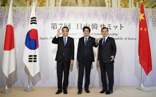 日中韓首脳会談を前に記念撮影に納まる(左から)中国の李克強首相、安倍首相、韓国の文在寅大統領(9日午前9時59分、東京・元赤坂の迎賓館)=代表撮影