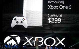 米マイクロソフトが決算の場で消費者に言及する回数が減っている(写真は「XboxOne S」発表の様子、2016年6月、米ロサンゼルス)