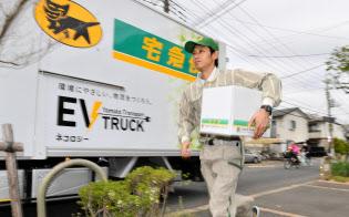 荷物を配達するヤマト運輸の運転手(東京都江戸川区)
