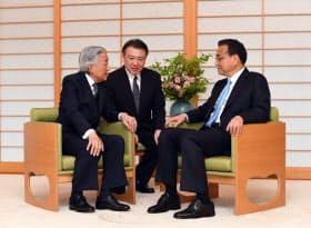 中国の李克強首相(右)と懇談する天皇陛下(10日午前、皇居・御所)=代表撮影