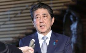 日米電話協議を終え記者の質問に答える安倍首相(10日午前、首相官邸)