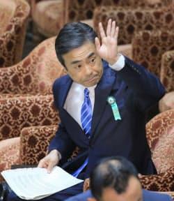参考人招致で答弁のため挙手する柳瀬元首相秘書官(10日午前、国会内)