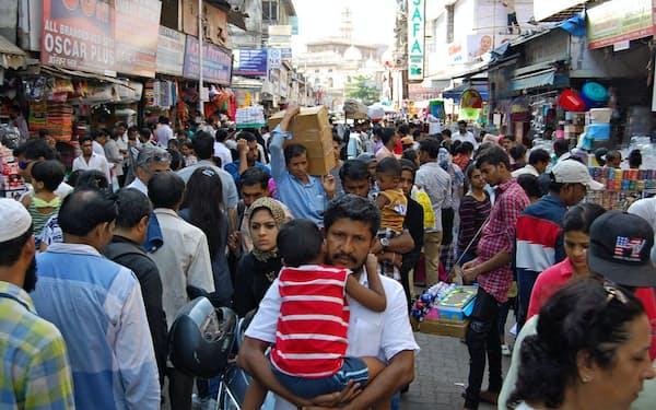 地元の買い物客や商売人、観光客でごった返すクロフォード・マーケット(5月、ムンバイ南部)