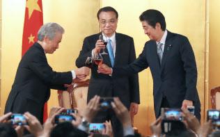 日中平和友好条約締結40周年記念のレセプションで乾杯する(右から)安倍首相、中国の李首相、経団連の榊原会長(10日午後、東京都千代田区)