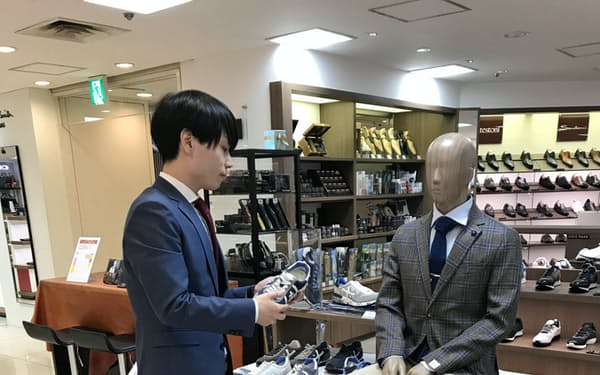 小田急百貨店新宿店はスーツとスニーカーを組み合わせたコーディネートを提案する(東京都新宿区)