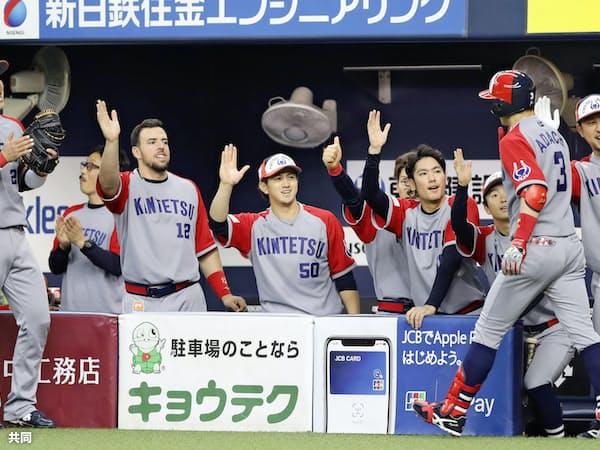 両袖が赤い近鉄のユニホームが京セラドームのグラウンドに踊った=共同
