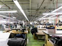 店舗で計測した顧客の採寸データが提携する縫製工場に送られる