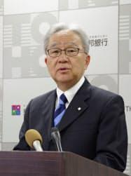 2018年3月期決算を発表する東邦銀行の北村頭取(10日、福島市)