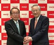 明治HDの松尾社長(左)と川村新社長(11日、東京都千代田区)