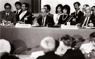 OBサミット開会式であいさつする福田赳夫元首相(中央)。左端には安倍晋太郎外相の姿もみえる(1986年4月7日、東京・紀尾井町)