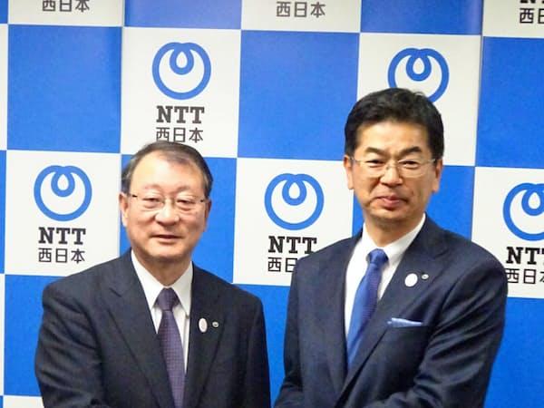 小林充佳次期社長(右)に村尾和俊社長は「私の5倍、10倍パワーがある」と期待(11日、大阪市)