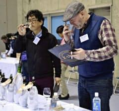 世界最大級のワイン品評会「IWC」の日本酒部門審査会で味を確かめる審査員(13日、山形市)=共同