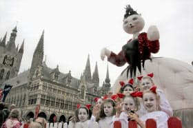 13日、ベルギー・イーペルでの「猫のパレード」に仮装して参加した少女らと猫の巨大な張りぼて(共同)