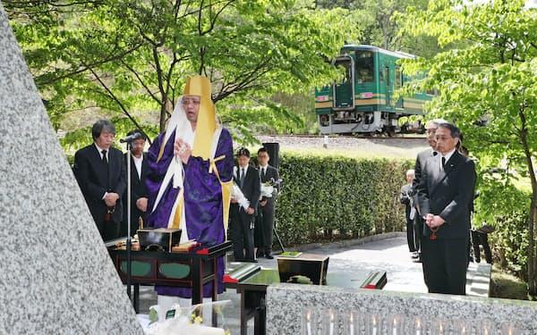 衝突事故現場付近で営まれた追悼法要(14日午前、滋賀県甲賀市)