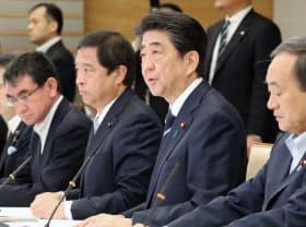 総合海洋政策本部の会合であいさつする安倍首相(15日午前、首相官邸)