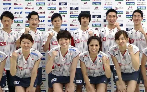国・地域別対抗戦に向け意気込む日本代表の桃田(後列右から2人目)ら=共同