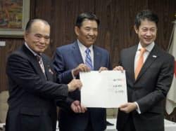 立地協定調印式に参加した広島県の湯崎知事(右)、西川ゴム工業の福岡社長(中)、三原市の天満祥典市長