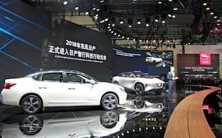 日産自動車は中国で現地生産するEV「シルフィ ゼロ・エミッション」(左)を公開した