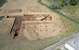 奈良県吉野町の宮滝遺跡で確認された、奈良時代前半の大型掘っ立て柱建物跡。四方にひさしが巡る構造をパイロンで示している(吉野町提供)=共同