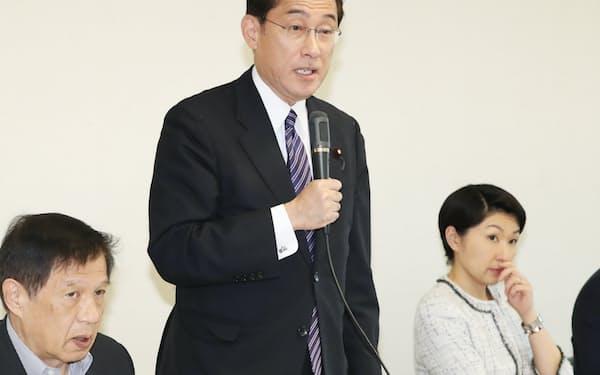 自民党財政再建特命委の会合であいさつする岸田政調会長。右は小渕氏(15日、党本部)