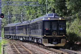 吉野線を走る観光特急「青の交響曲」