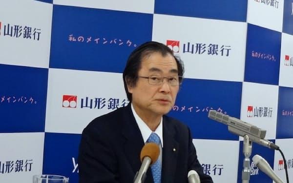 18年3月期決算を発表する山形銀行の長谷川吉茂頭取(山形市)