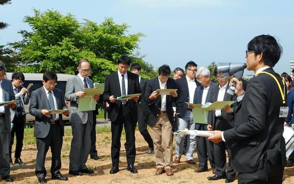 次世代放射光施設の建設候補地で説明を受ける文科省審議会小委のメンバー