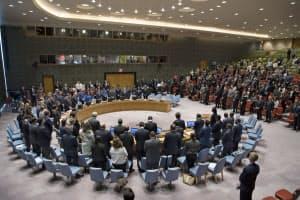 15日午前、イスラエル軍との衝突で犠牲となったパレスチナ人に黙とうをささげる安保理大使や外交官ら(ニューヨークの国連本部)