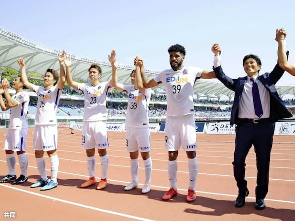 城福監督(右端)が就任した今季、広島の快進撃は驚きだった=共同