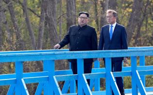 南北首脳は散歩の機会を利用して30分以上話し込んだ(4月27日、板門店)=AP