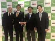 記者会見で握手するアイスタイルの吉松徹郎社長(左から2人め)と、ホテル新羅免税流通事業部門のハン・インキュ社長(その右隣)