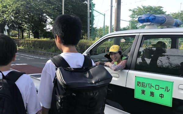 「湘南大庭地区防犯協会」は下校中の小学生に積極的に声かけする(15日、神奈川県藤沢市)