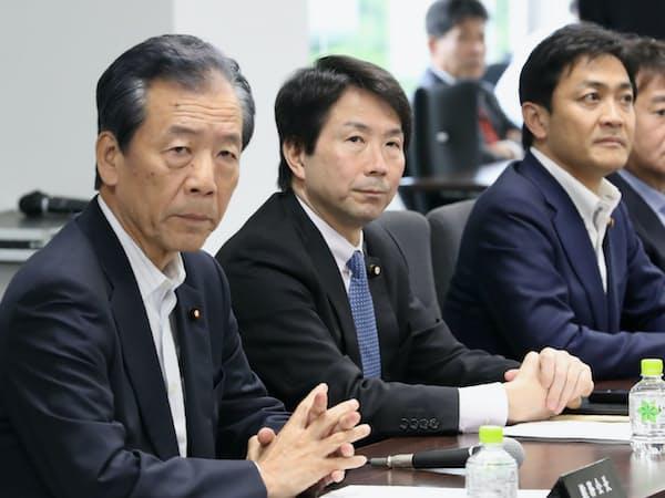 国民民主党の総務会に臨む(左から)平野総務会長、大塚、玉木の両共同代表(16日午後、東京・永田町)