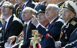 「赤の広場」で軍事パレードを観閲するプーチン・ロシア大統領(左から2人目)とネタニヤフ・イスラエル首相(右から2人目)=AP