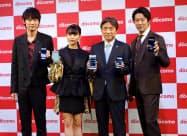 毎秒約1ギガビットの高速通信に対応した新機種を発表するNTTドコモの吉沢和弘社長(右から2番目)