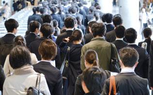 企業の合同説明会に訪れた学生ら(3月、千葉市美浜区の幕張メッセ)