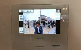 宅配ボックスの扉が開くと自動で録画し、開けた人物の静止画を連続撮影する