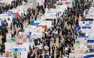2018年春に卒業した大学生の就職率は過去最高の98.0%となった(3月、企業の合同説明会に訪れた学生ら)