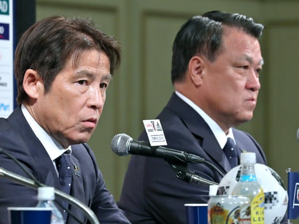 ガーナ戦のメンバーを発表するサッカー日本代表の西野監督(左)と日本サッカー協会の田嶋会長(18日午後、東京都港区)