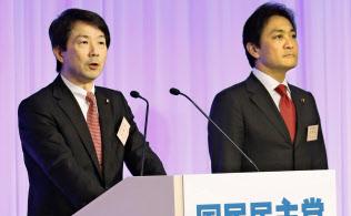 新党「国民民主党」の共同代表に選出され、あいさつする大塚耕平氏(左)と玉木雄一郎氏(7日午後、東京都内のホテル)=共同