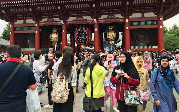訪日外国人数は増加が続いている(東京・浅草を観光する外国人、2017年9月)