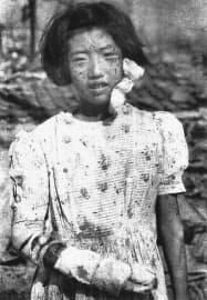 原爆資料館が本館での展示を決めた、廃虚に立つ少女の写真(毎日新聞社提供)=共同