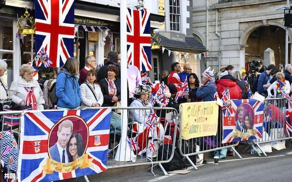 19日、ロンドン郊外ウィンザーで、ヘンリー王子とメーガン・マークルさんの結婚式場周辺を訪れた市民ら=共同